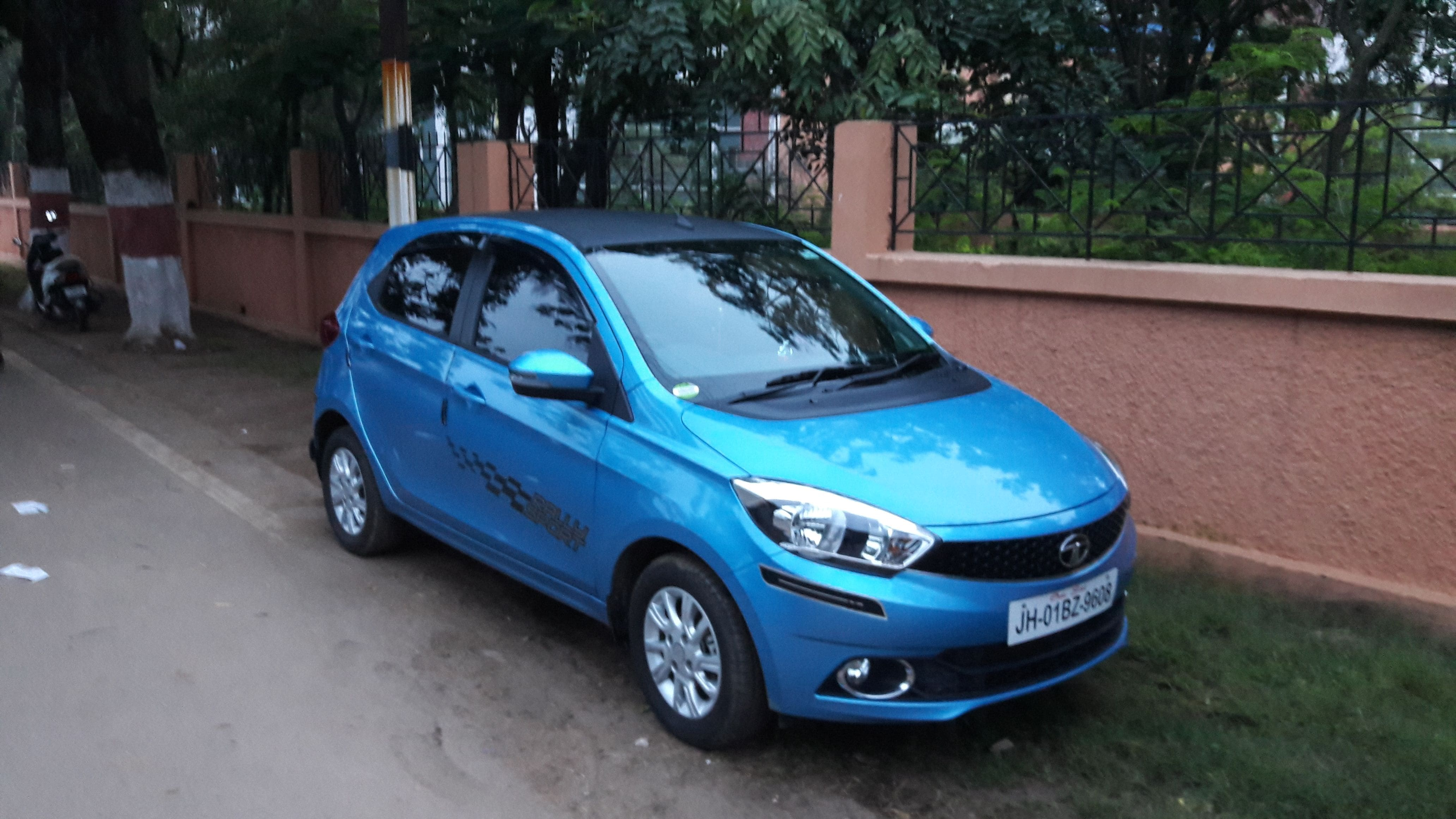 tata tiago diesel xb price specs review pics mileage in india. Black Bedroom Furniture Sets. Home Design Ideas
